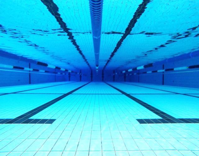 スウィン鷲宮のプール水中写真